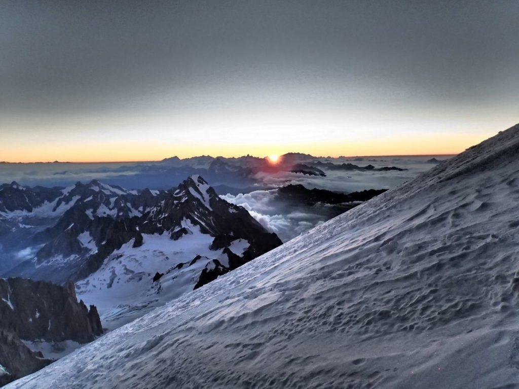 Sonnenaufgang kurz vor dem Gipfel des Mont Blanc.