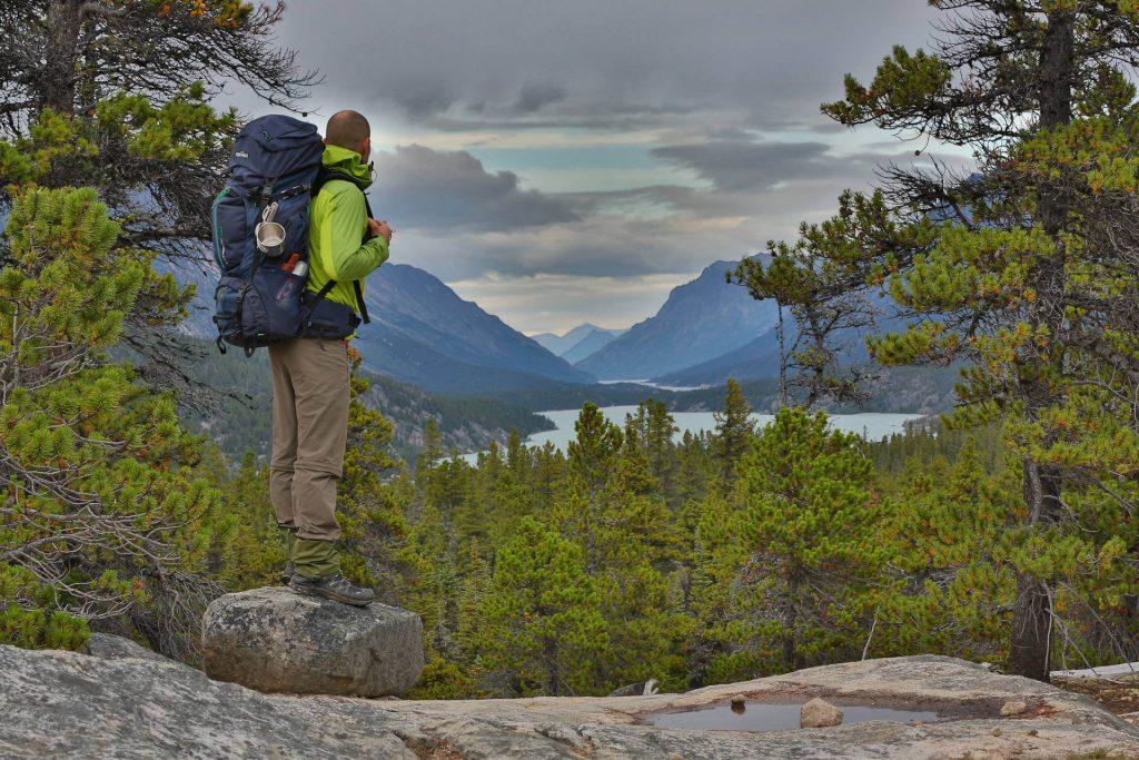 Trekker mit Trekkingrucksack Tatonka Yukon auf einer Anhöhe mit Blick auf den Yukon River.