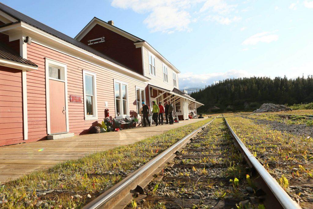 Bahnhof aus rot gestrichenem Holz inmitten des Yukon Territoriums.
