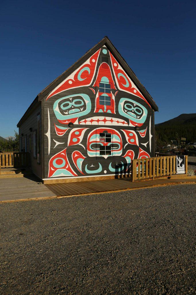 Bunt bemaltes Holzhaus im Yukon Territorium.
