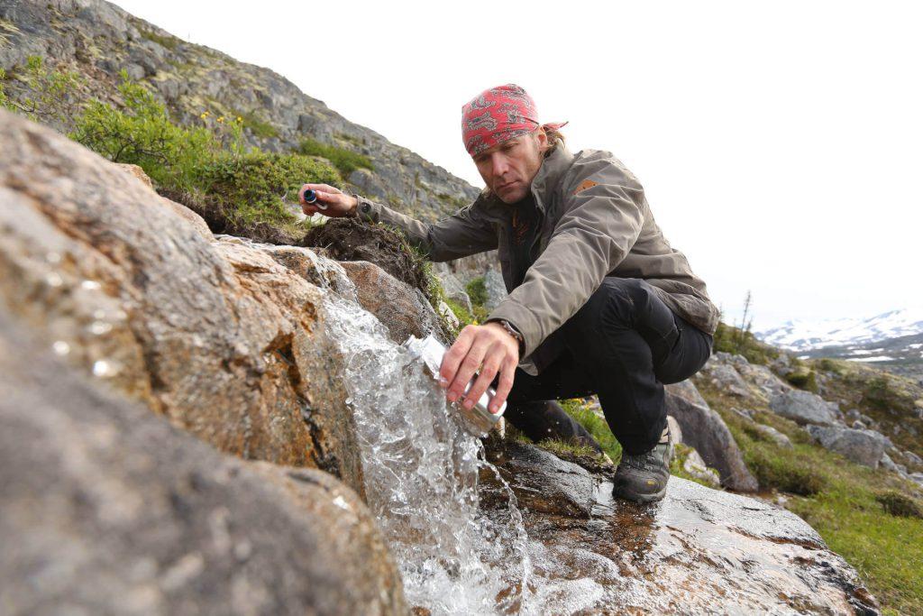 Dirk Rohrbach beim Auffüllen seiner Wasservorräte.