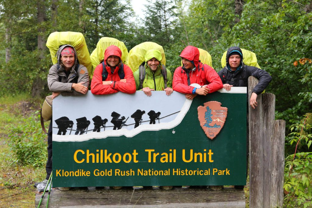 The trekking group around Dirk Rohrbach and Istvan Ladanyi at the entrance of the Klondike Gold Rush national park.