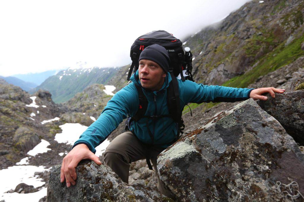 Tatonka Mitarbeiter Istvan Ladanyi beim Besteigen der Golden Stairs auf dem Chilkoot Trail.