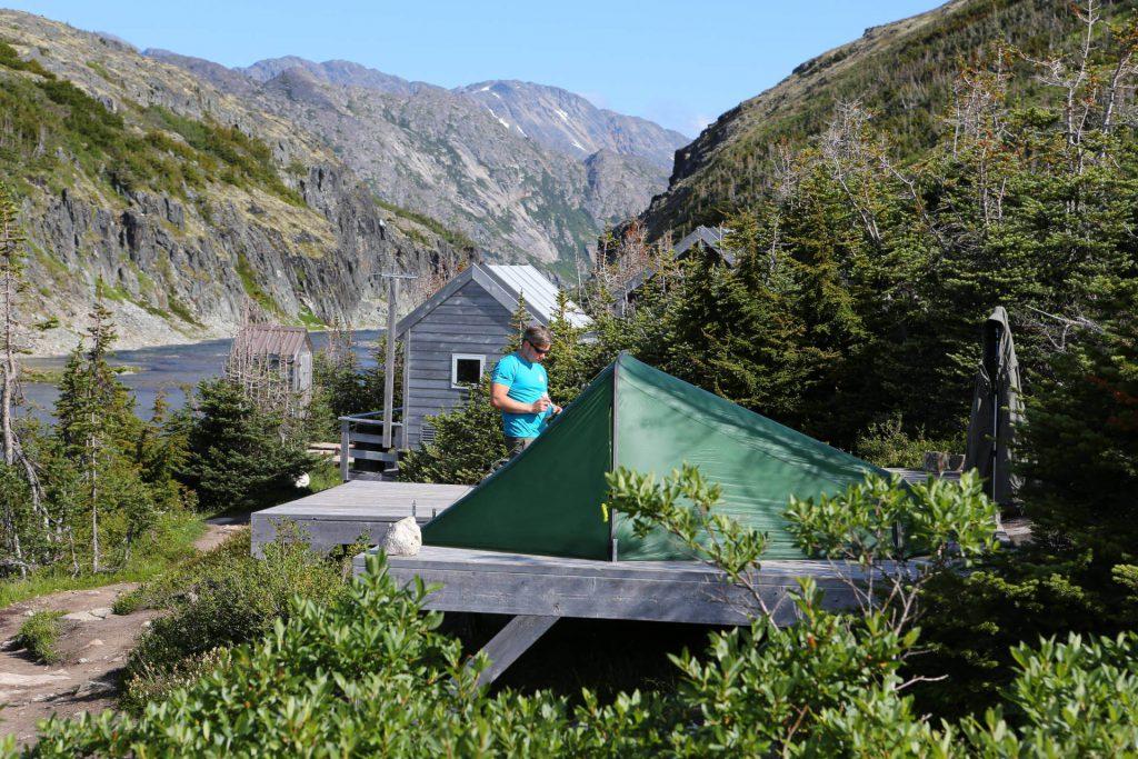 Tatonka Mitarbeiter Istvan Ladanyi beim Aufbau seines Kyrkja Zeltes.
