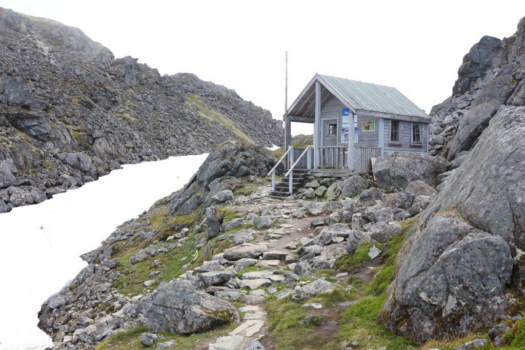 Kleine Holzhütte eines Camps auf dem Chilkoot Trail im Yukon Territorium.