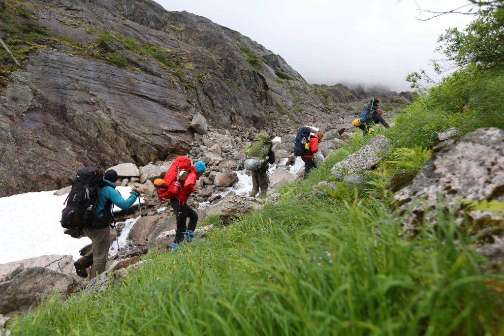Trekkingtour Chilkoot Trail - Die Trekking-Gruppe beim bergauf wandern.