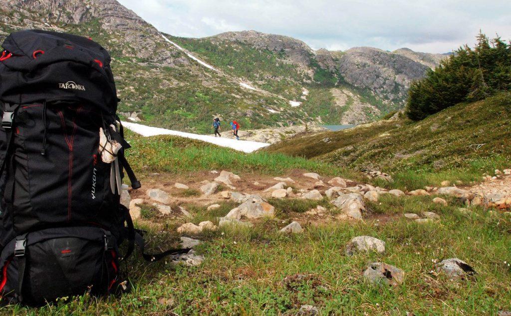 Trekkingrucksack Yukon auf einer Wiese entlang des Chilkoot Trails.