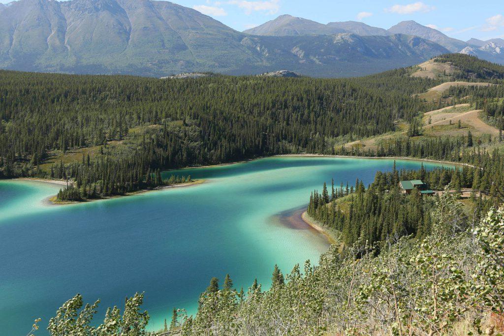 Blick auf das türkis-blaue Wasser des Yukon River.