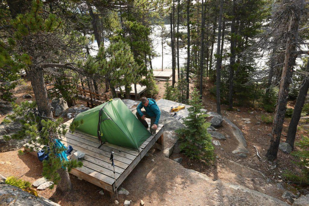 Tatonka Istvan Ladanyi beim Aufbau seines Zeltes in einem Camp am Chilkoot Trail.