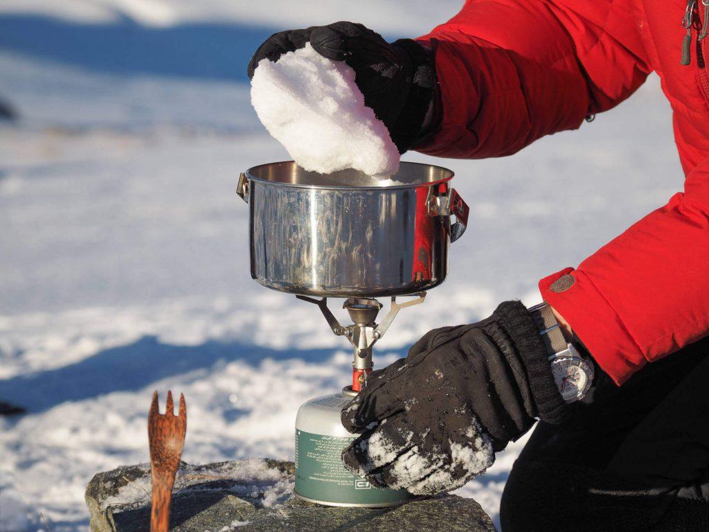 Schnee zur Zubereitung von Kochwasser beim Wintercamping.