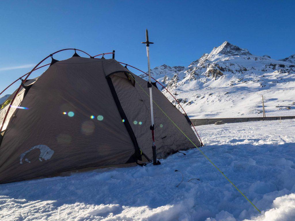 Aufgebautes Tatonka Zelt beim Wintercamping.