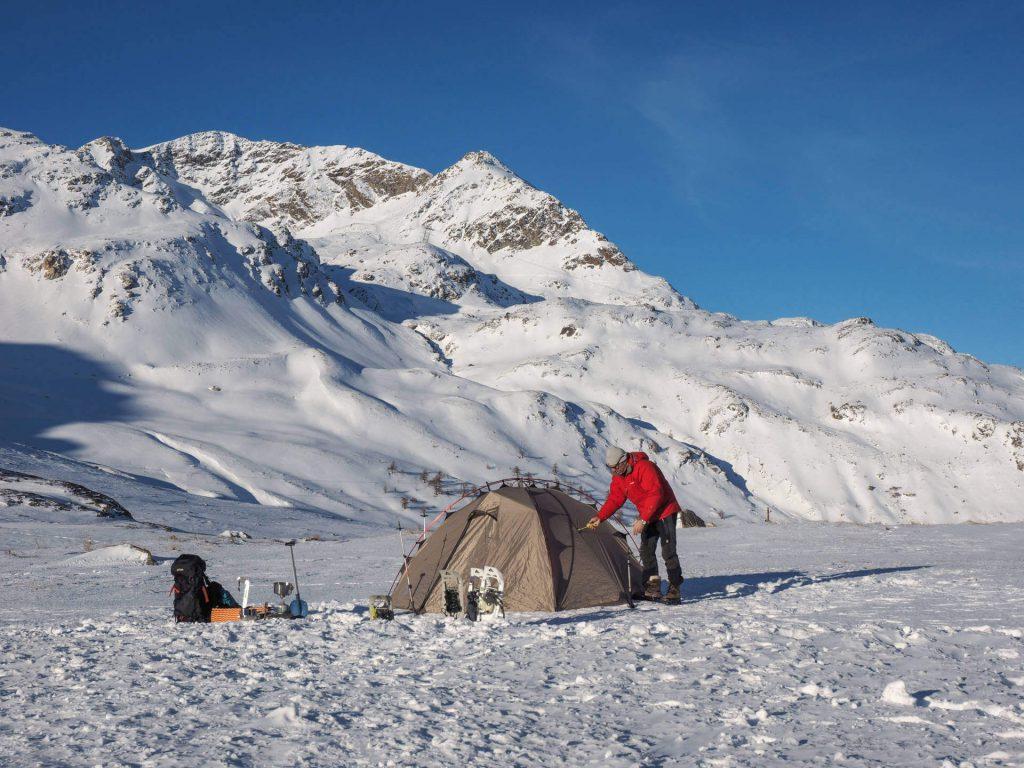 Michael Bösiger beim Aufbau seines Zeltes.