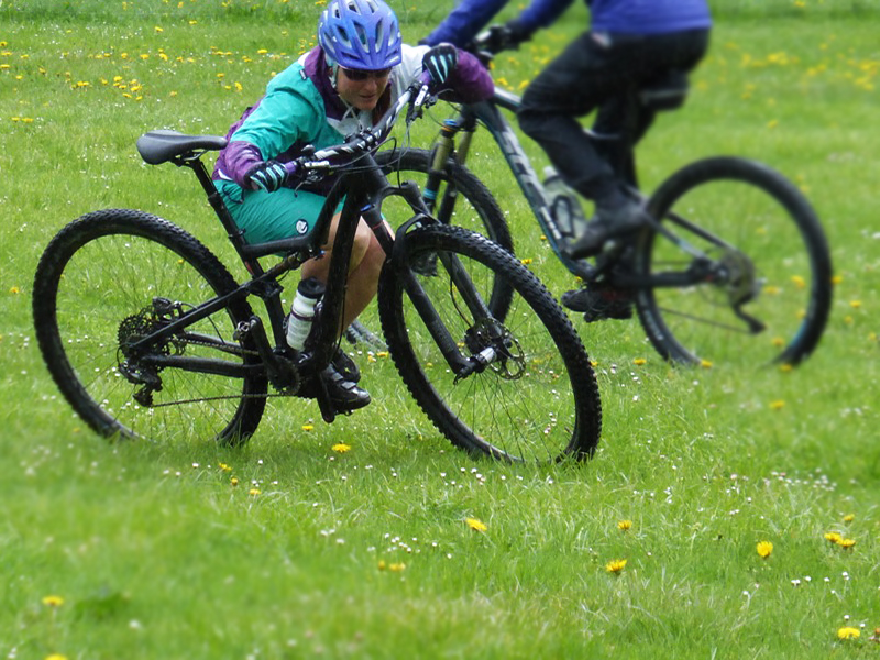 Riding techniques for mountain bikers - trainer Verena shows how to do it right.