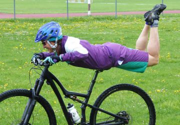 Riding techniques for mountain bikers - trainer Verena shows the way