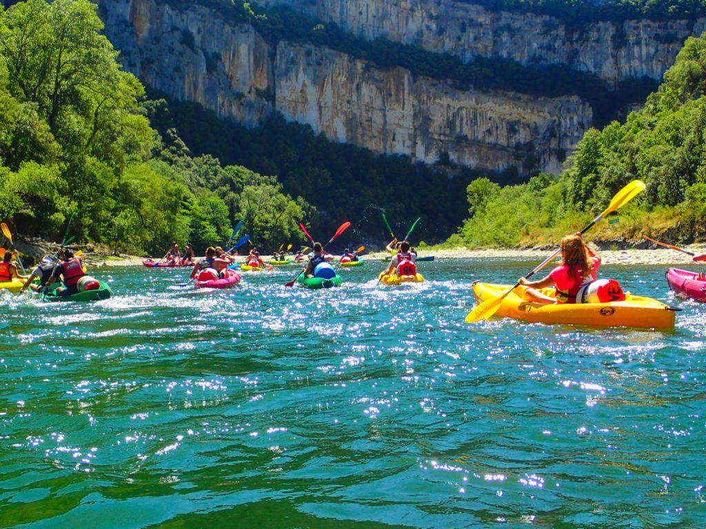 Eine Gruppe von Kanufahrern auf der Gorges de l Ardeche im Süden Frankreichs. Die große Wildwassersafari beginnt.