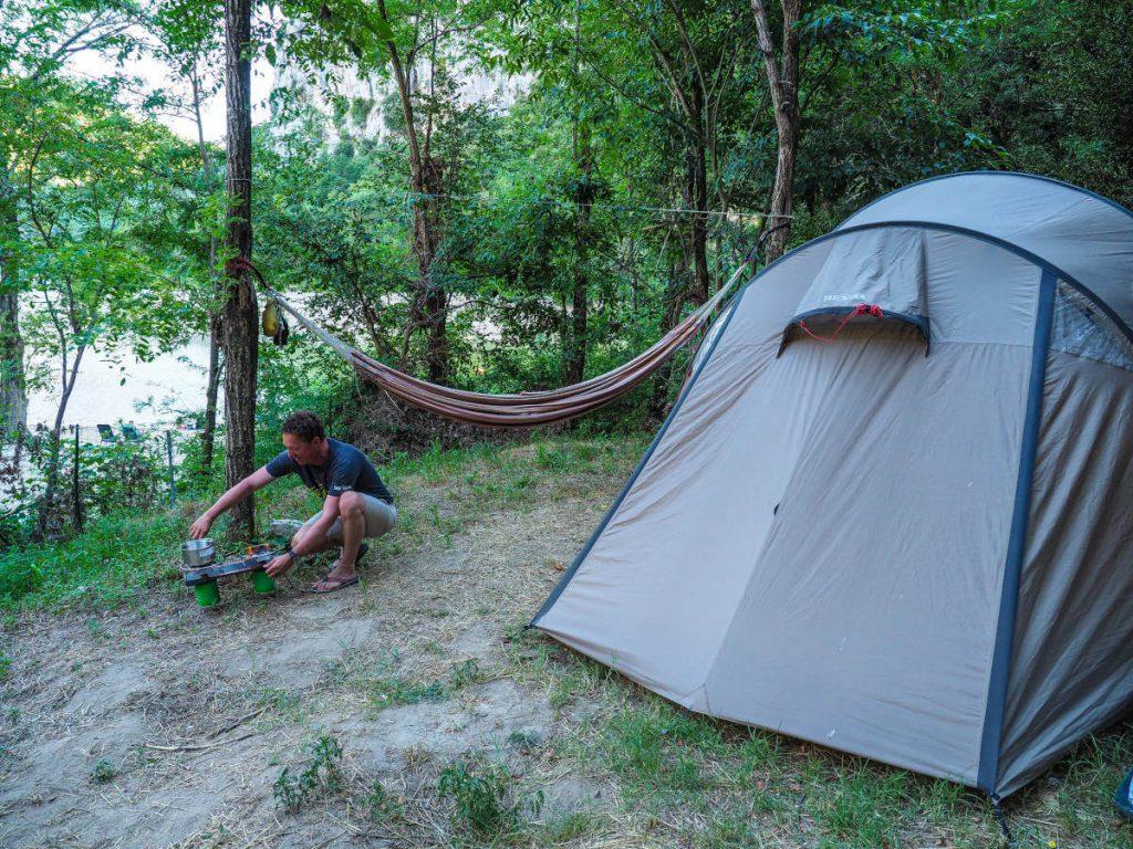 Michi beim Kochen vor seinem Tatonka-Zelt in der Nähe der Gorges de l Ardeche.