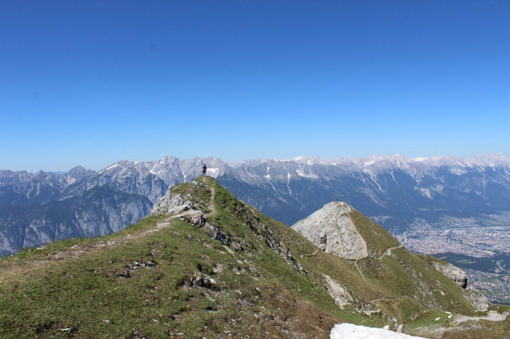 Auf dem Gipfel der Saile (Nockspitze) mit Blick auf Innsbruck.