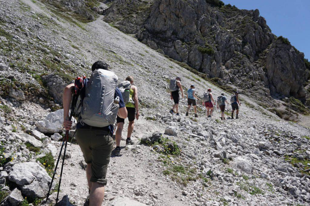 Eine Gruppe Wanderer auf dem Weg zur Saile / Nockspitze in Innsbruck.