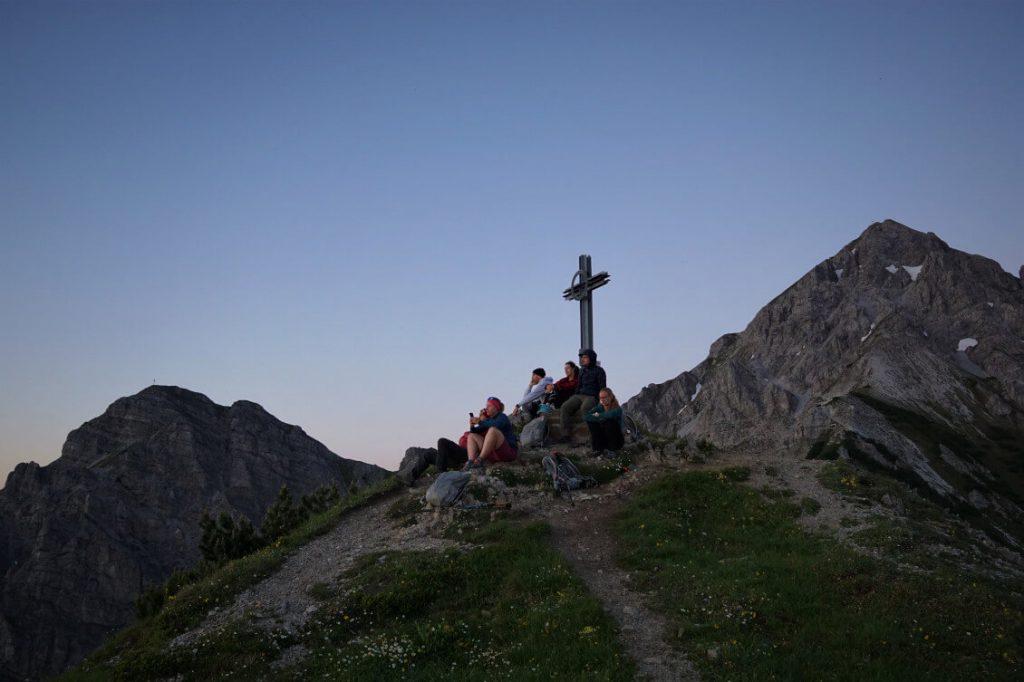 Warten auf den Sonnenaufgang - Am Gipfelkreuz der Pfriemeswand bei Innsbruck.