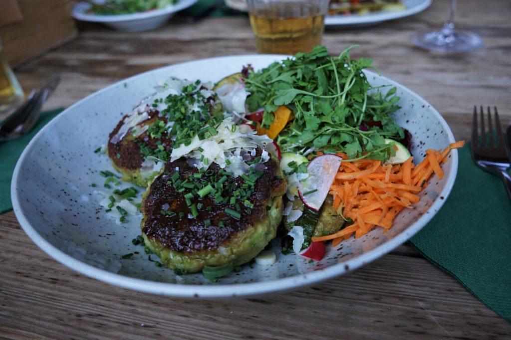 Kaspressknödel mit Salat auf der Umbrüggler Alm.