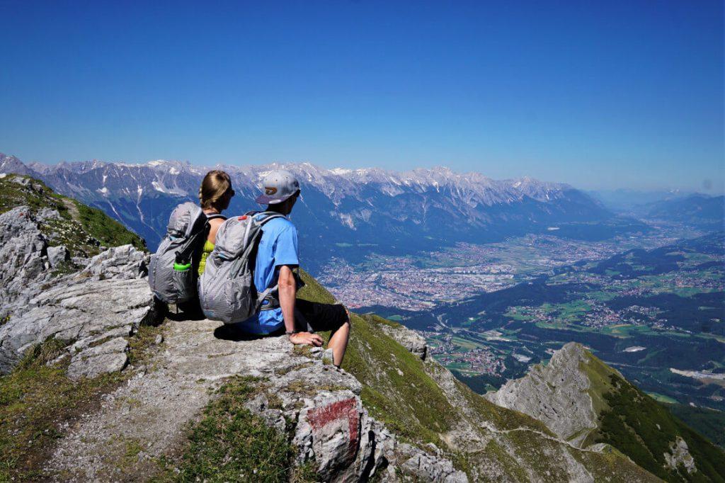 Karin und Sebastian auf dem Gipfel der Saile (Nockspitze) mit Blick auf Innsbruck.