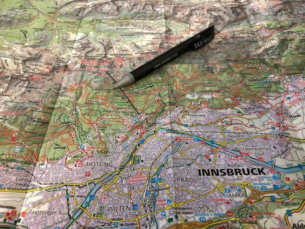 Wanderkarte in Innsbruck mit Kugelschreiber-Stift.