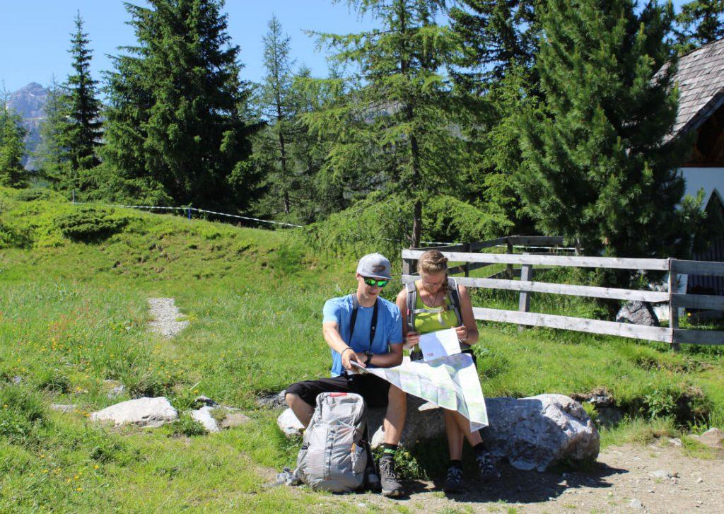 Wandern in Innsbruck - Karin und Sebastian beim Lesen der Wanderkarte.