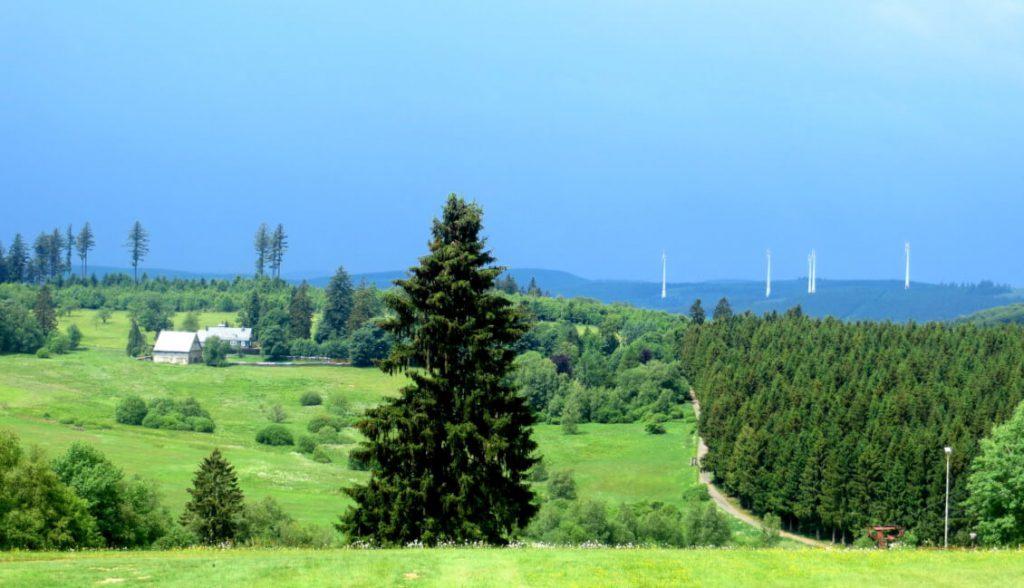 Ausblick auf Lützel. In der Ferne: Windräder.