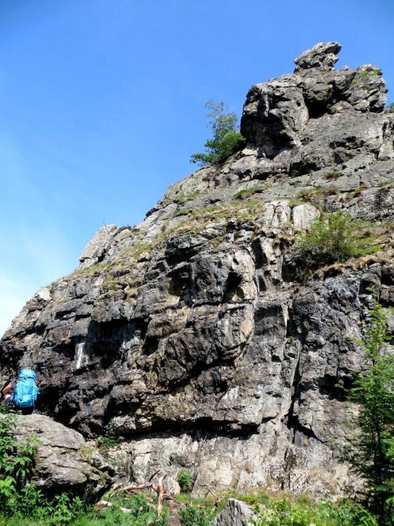 Lena vor einem Felsen der Bruchhauser Steine.