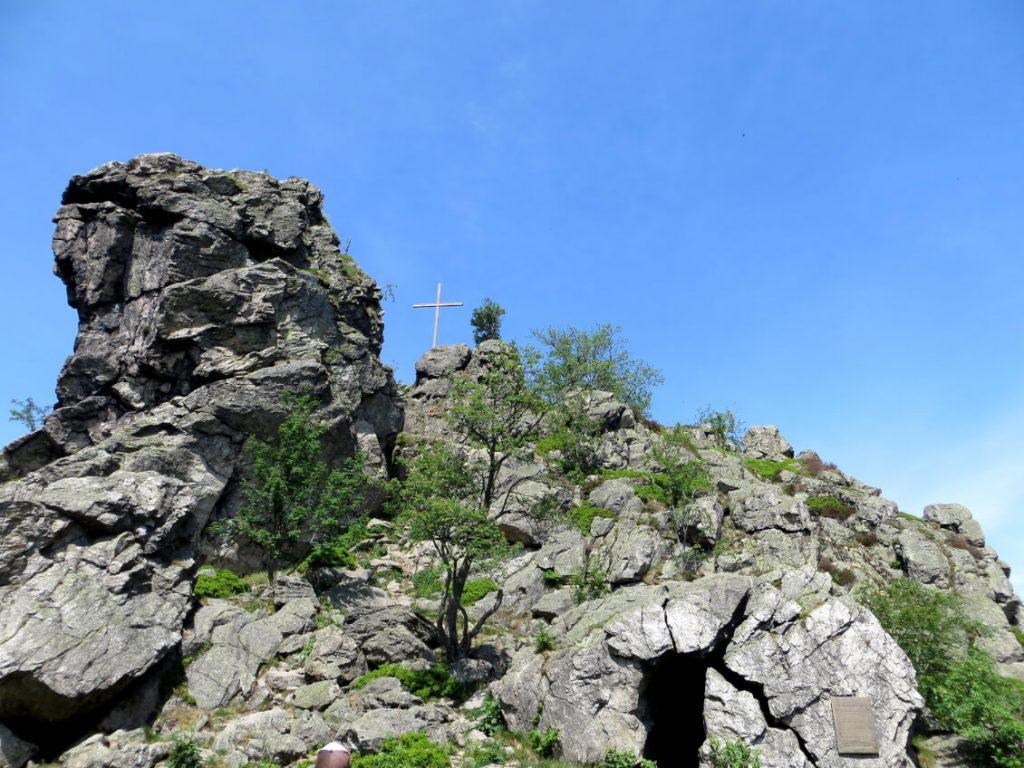 Bruchhauser Steine - Der Feldstein mit Gipfelkreuz auf dem Rothaarsteig.