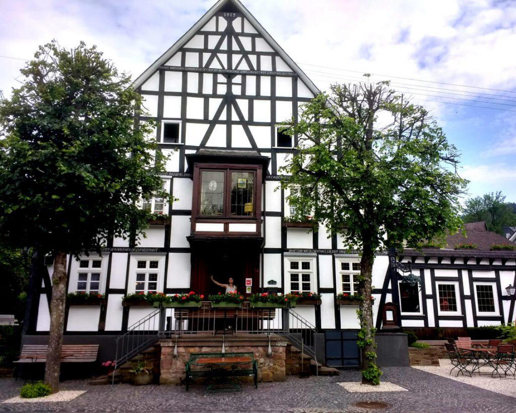 Fachwerkhaus des Gasthof Kirchhundem entlang des Rothaarsteigs.