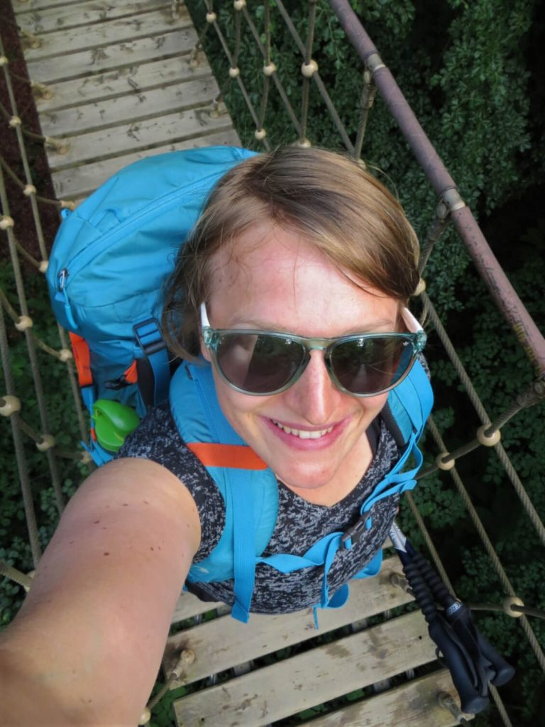Selfie von Lena auf einer Hängebrücke auf dem Rothaarsteig.