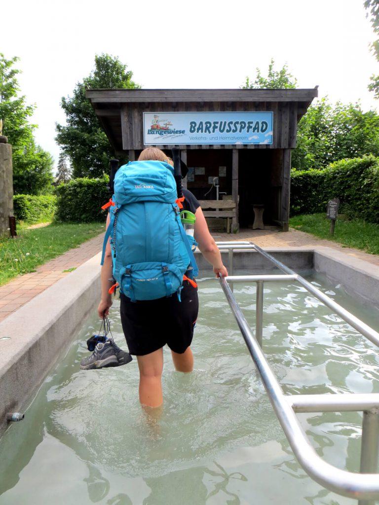 Lena beim Wasserwaten in einem Tretbecken entlang des Rothaarsteig.
