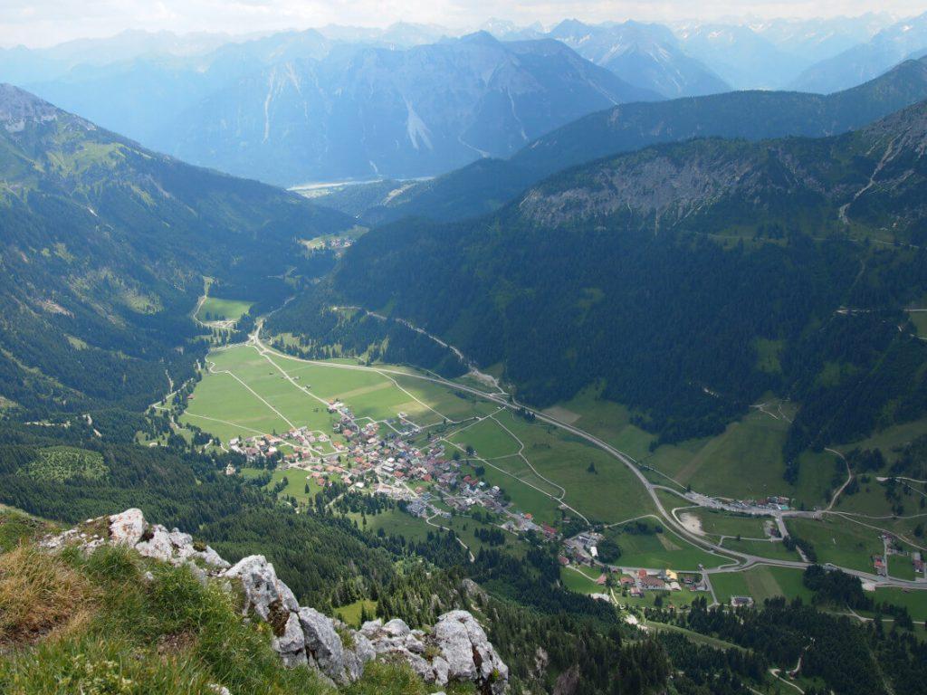 Wanderung zur Roten Flüh - Blick vom Gipfel auf Nesselwängle.