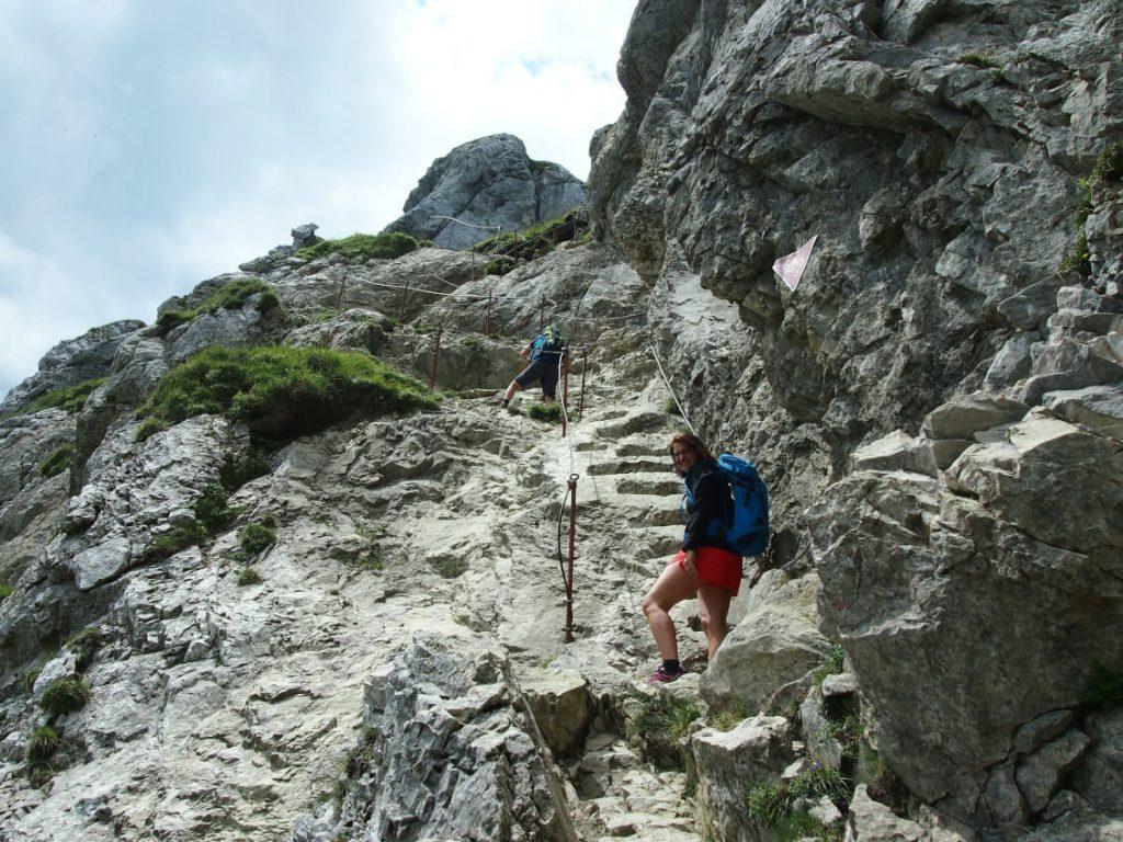 Wanderung zur Roten Flüh - Felstritte und Drahtseilsicherung auf dem Weg zum Gipfel.