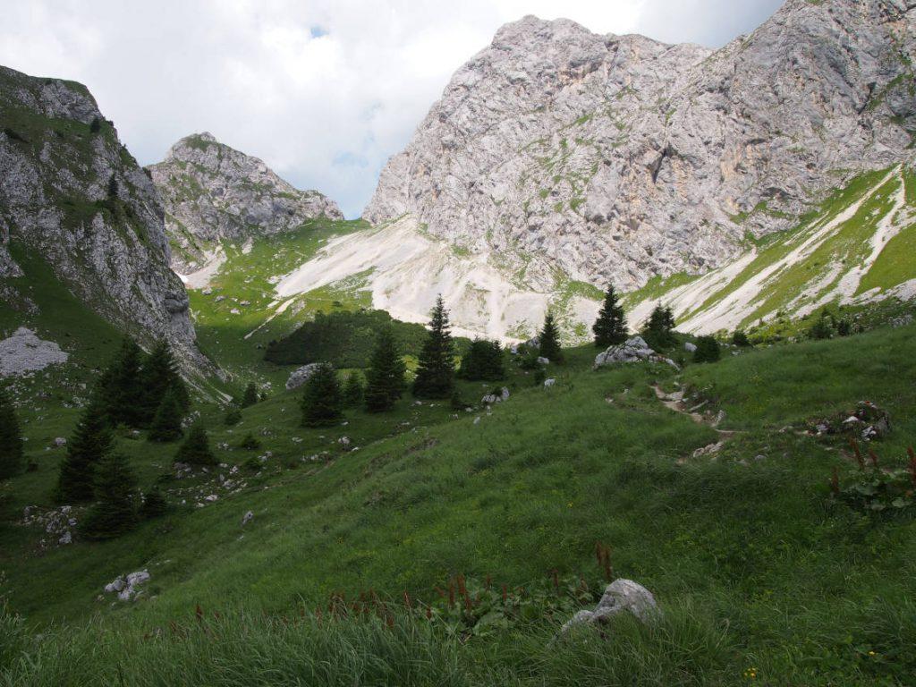 Blick ins Gimpel Kar: Rechts der Gimpel, links der Gipfel der Roten Flüh.