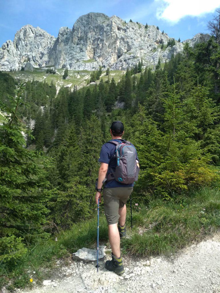 Den Gipfel der Roten Flüh hat man während der Tour oft im Blick.