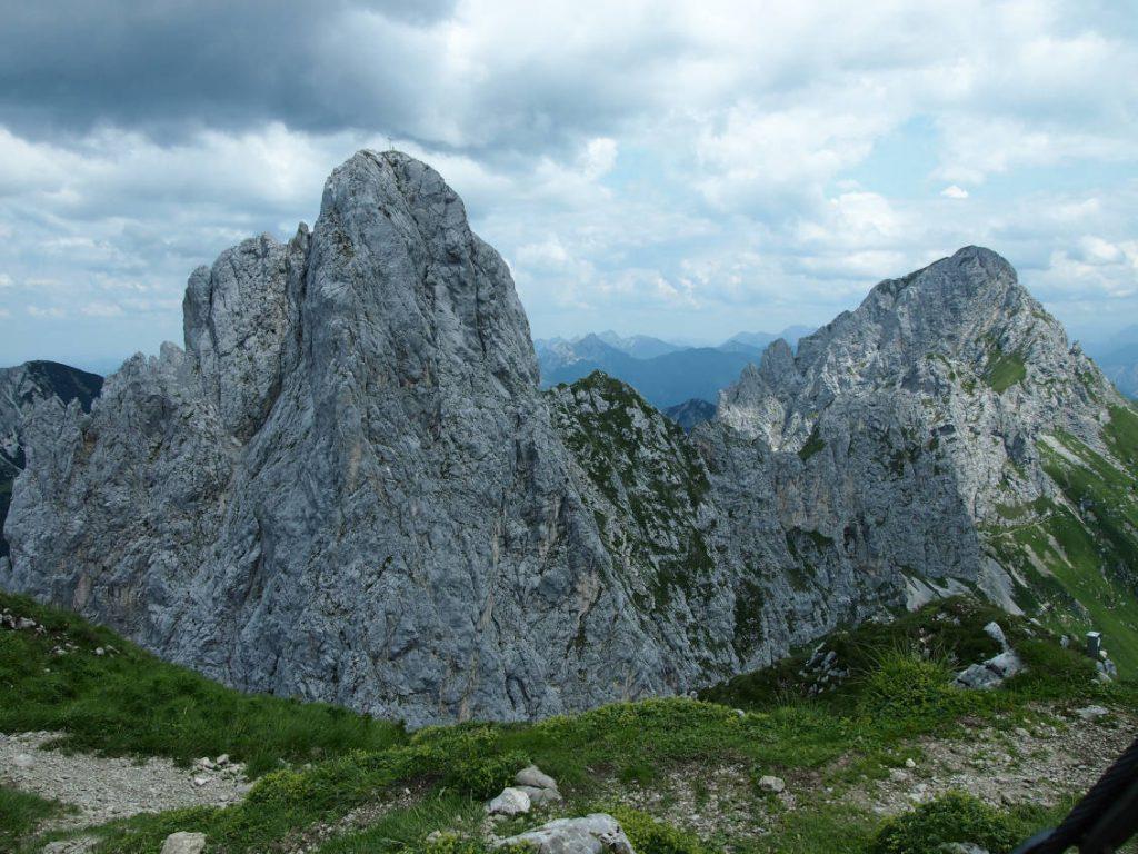 Blick vom Gipfelkreuz der Roten Flüh auf den Gimpel und die Köllenspitze.