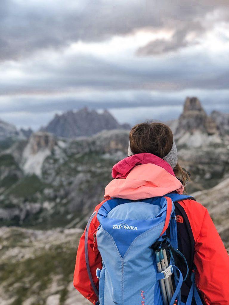 Maria beim Wandern in den Dolomiten, Südtirol.
