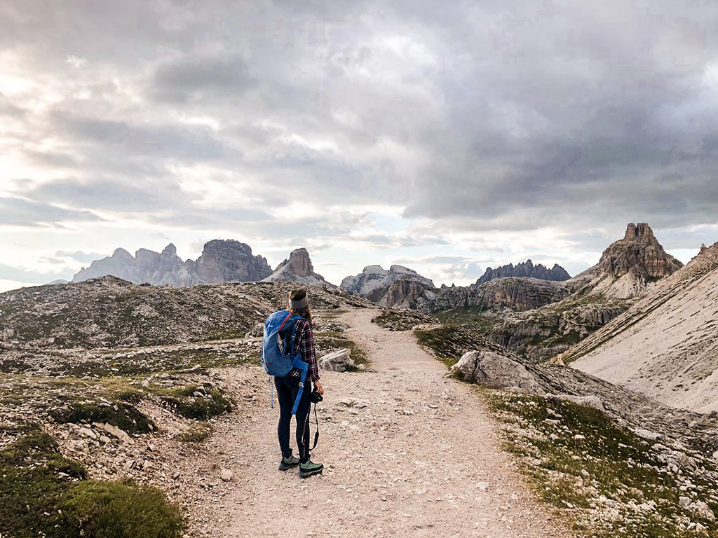 Maria auf einem Wanderweg nahe der Drei Zinnen in Südtirol.