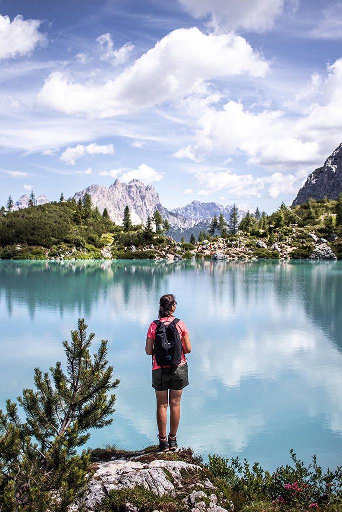 Bea am Ufer des Lago di Sorapis nahe der Stadt Cortina d'Ampezzo.