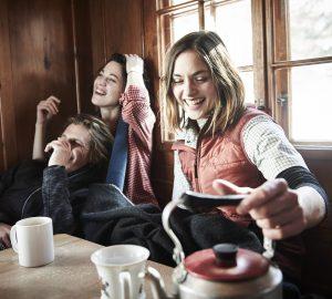 Nach der Hüttenwanderung stärken sich Wanderer in einer Berghütte in den Alpen.