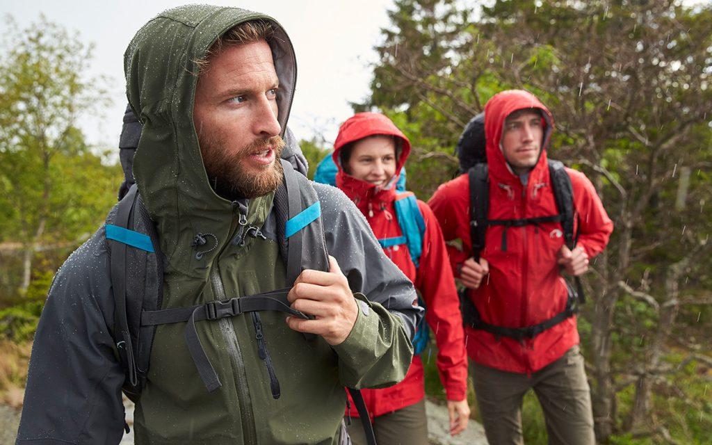 Drei Wanderer im Regen