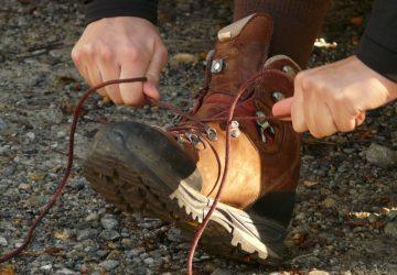Wanderschuhe richtig binden.