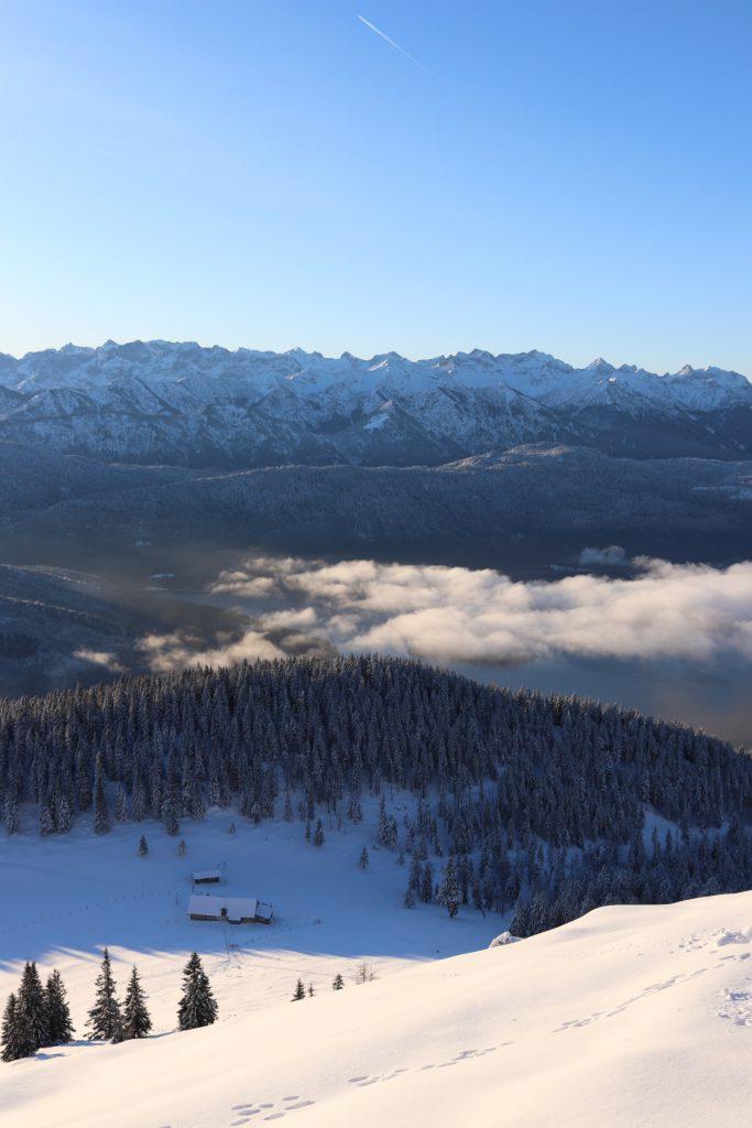 Verschneite Berggipfel auf dem Weg zum Jochberg.