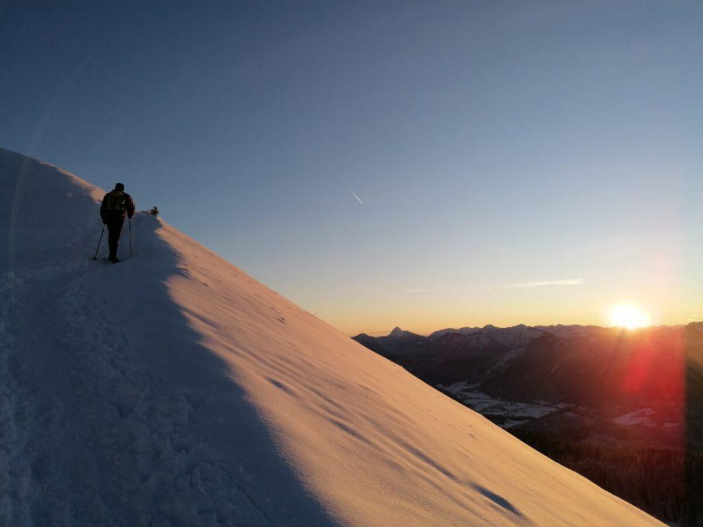 Sonnenaufgang beim Aufstieg zum Jochberg.