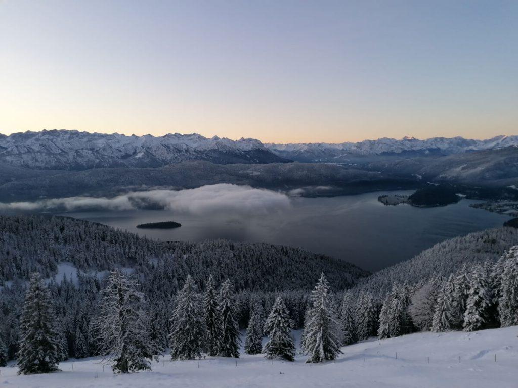 Blick während des Aufstiegs zum Gipfel auf den Walchensee.
