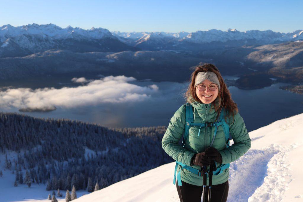 Maria auf dem Weg zum Gipfel des Jochberg. Hinter ihr ist der Walchensee zu sehen.