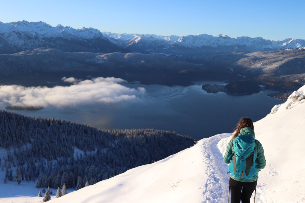 Wanderung auf den Jochberg. Auf dem Weg zum Gipfel hat man einen grandiosen Blick auf den Walchensee.