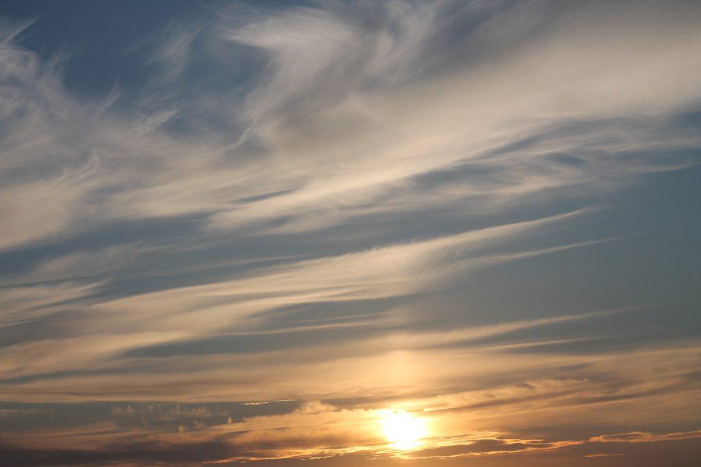 Cirrostratus-Wolken kündigen eine Warmfront an. Das bedeutet Regen in ein bis zwei Tagen.